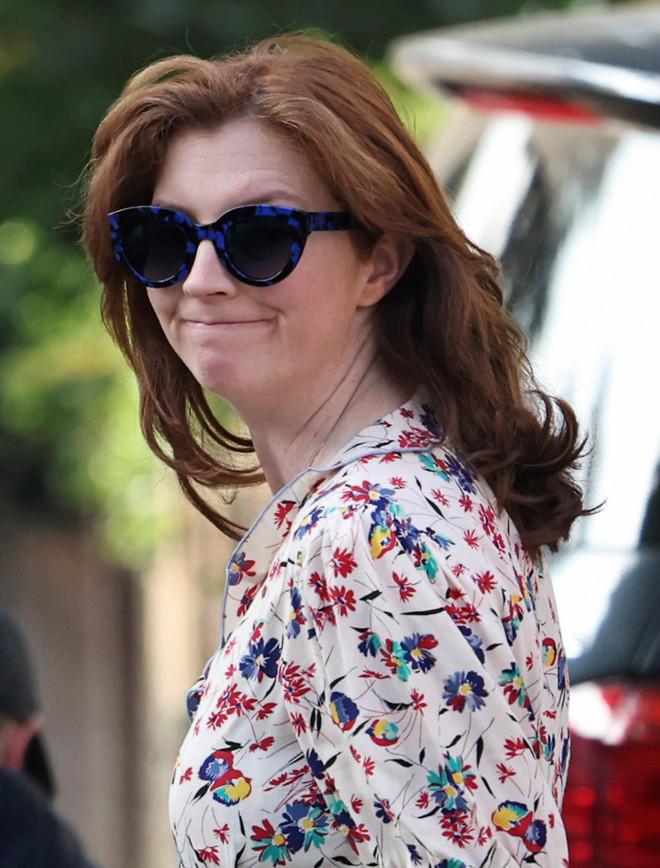 Vợ cựu Bộ trưởng Anh xuất hiện sau bê bối chồng ngoại tình, gây chú ý với chi tiết này - 1