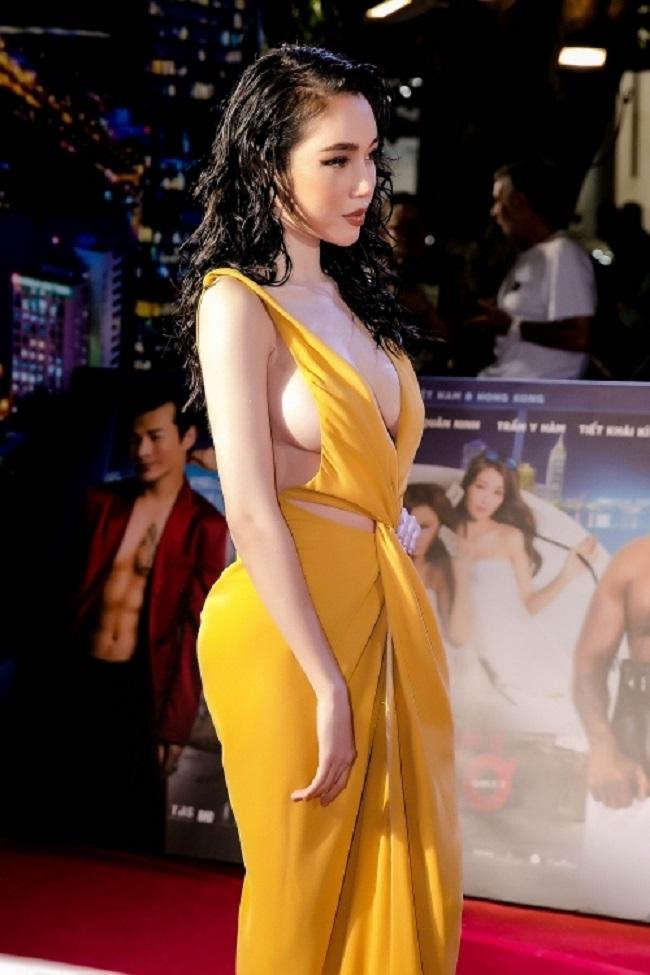 Người đẹp cũng sở hữu vóc dáng nuột nà thon gọn, đôi chân thon dài thu hút mọi ánh nhìn.