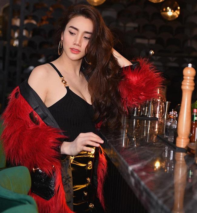 Sau khi lập gia đình, người đẹp Bắc Ninh vẫn theo đuổi phong cách thời trang gợi cảm nhưng sẽ tiết chế khônghở hang quá táo bạo. Thay vào đó, cô lựa chọn trang phục bó sát, hở vừa phải nhưng vẫn khoe được đường cong cơ thể.