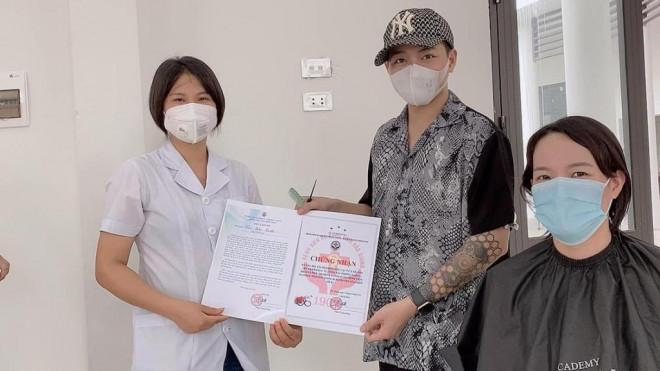 Tiệm cắt tóc miễn phí cho y bác sĩ tuyến đầu chống dịch tại Bắc Giang - 1