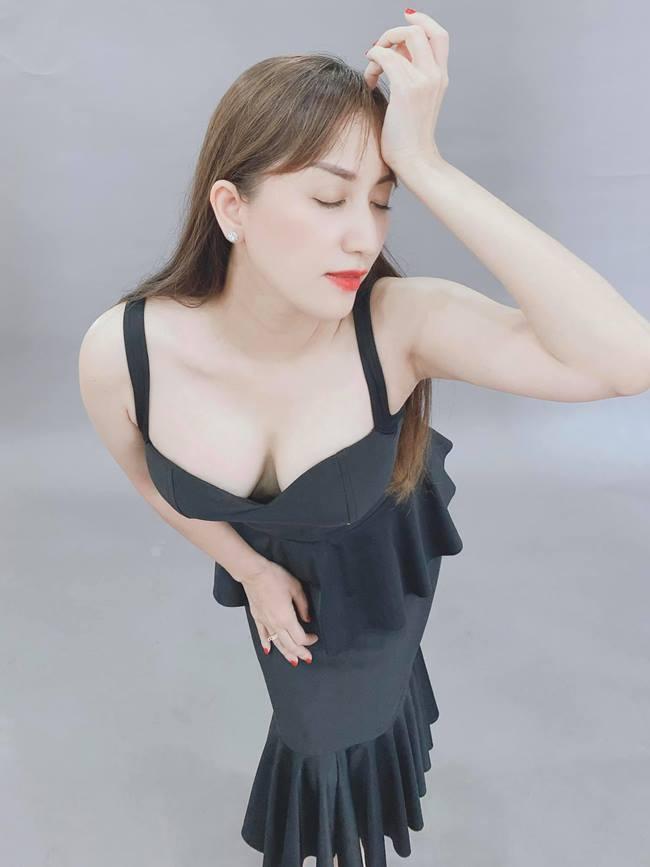 Khánh Thi là một trong những người đẹp nổi tiếng của Vbiz, không chỉ là một kiện tướng dancesport mà cô còn có mối tình hạnh phúc với chồng trẻ kém 12 tuổi.