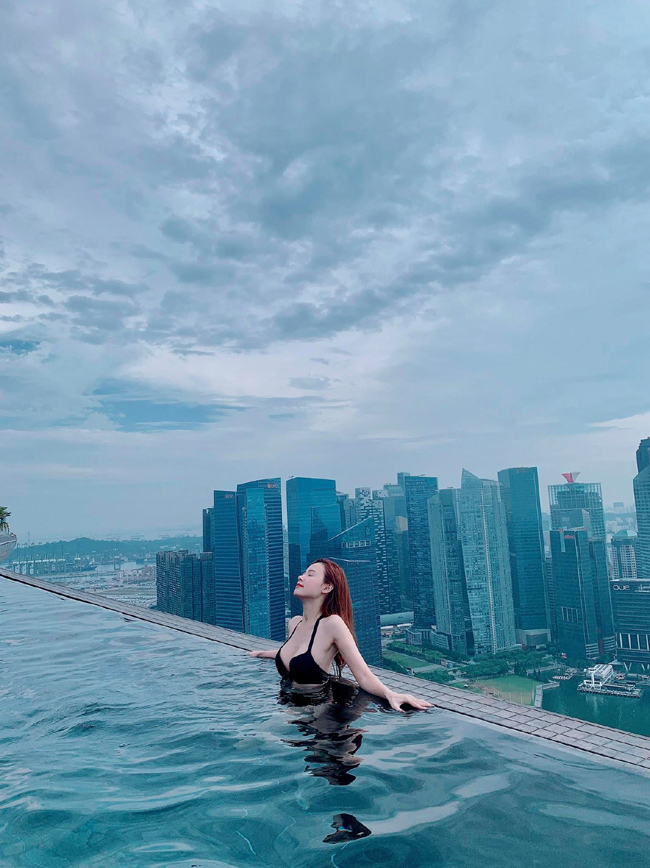 """Ở tuổi ngoài 30 nhưng Midu vẫn được fan gọi bằng biệt danh """"thần tiên tỷ tỷ"""". Mới đây, nữ diễn viên gây bất ngờ khi chia sẻ hình ảnh sexy diện áo tắm ở bể bơi vô cực."""