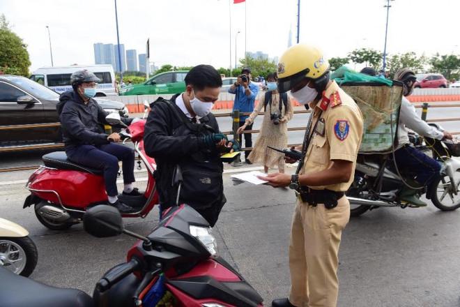 Dùng bằng lái xe ô tô khi chạy xe máy trên đường được không? - 1