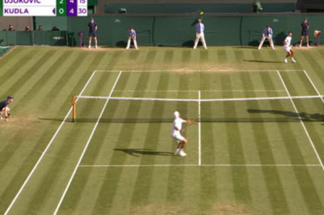 """Tuyệt chiêu Wimbledon: Djokovic lốp bóng điệu nghệ, Jabeur ghi điểm """"ma"""""""