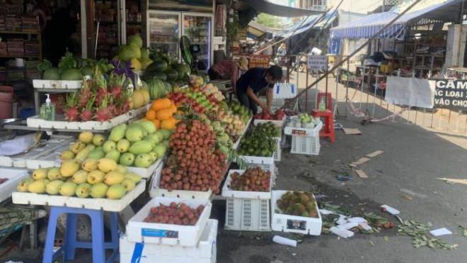 TP.HCM: Nhiều chợ đóng cửa, giá rau tăng cao, thịt ế ẩm - 1