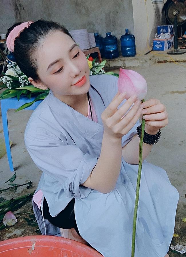 Cô nàng chăm chỉ làm từ thiện, ăn chay và theo đạo Phật.