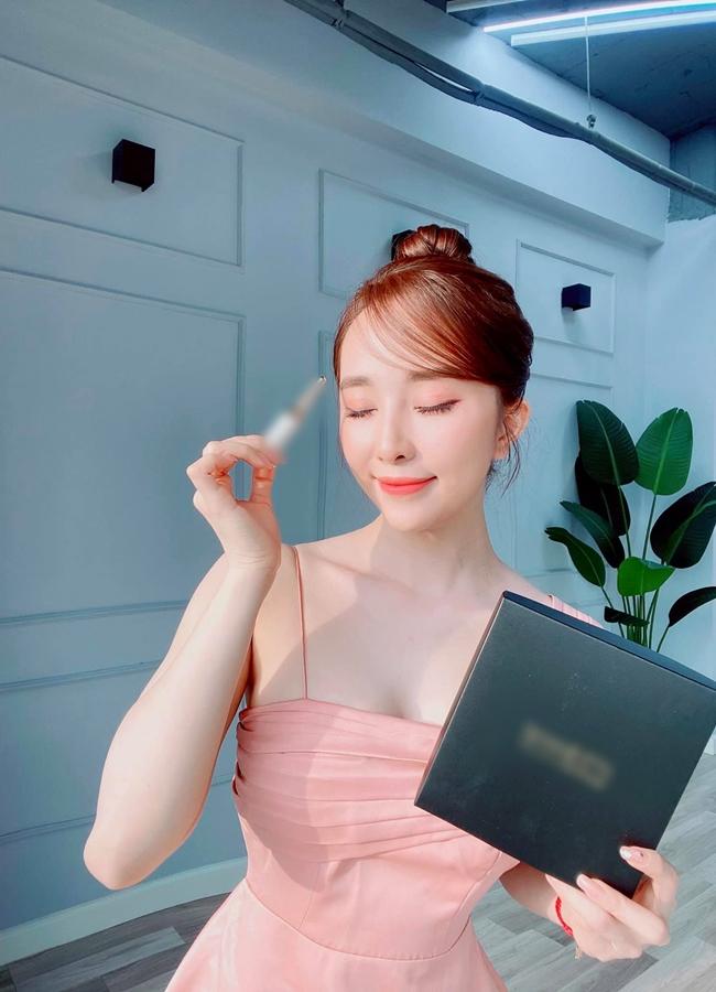 Quỳnh Nga cũng tập tành kinh doanh online sản phẩm dưỡng mi.