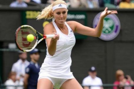 Chuyện lạ Wimbledon: Kiều nữ tennis Pháp bị phạt vì người nhà