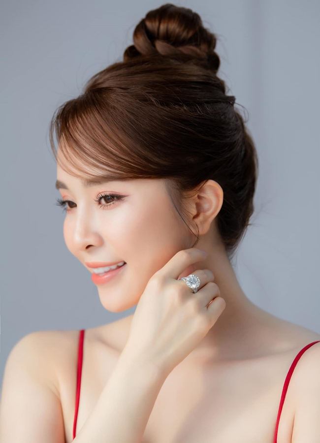 Ở tuổi 33, Quỳnh Nga sở hữu cuộc sống sang chảnh, giàu có. Mới đây, cô nàng còn tự thưởng cho mình 1 chiếc nhẫn kim cương gần 14 ly.