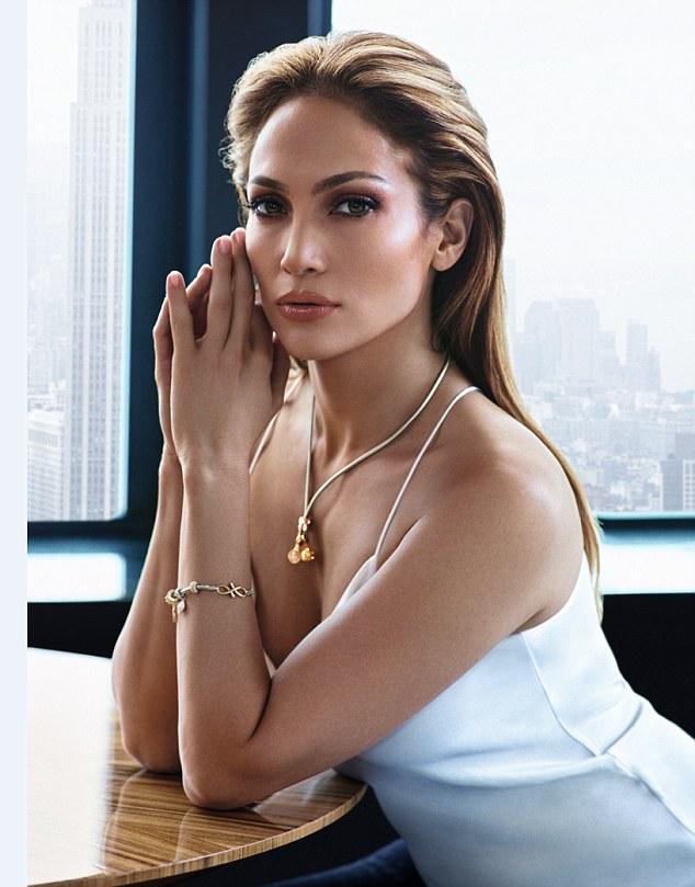 "lopez 11 1625546691 742 width634height809 ""Siêu vòng 3"" Jennifer Lopez khoe body đẹp mãn nhãn khi sắp đón sinh nhật tuổi 52"