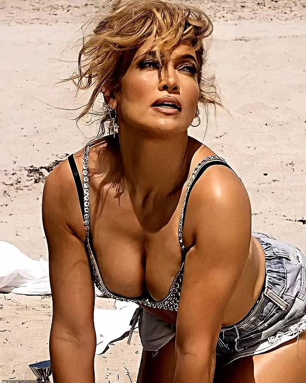 "lopez 3 1625546216 521 width617height772 ""Siêu vòng 3"" Jennifer Lopez khoe body đẹp mãn nhãn khi sắp đón sinh nhật tuổi 52"