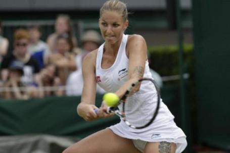 """Tuyệt phẩm Wimbledon: Sao nữ """"nhắm mắt"""" trả giao bóng ghi điểm cực đẹp"""