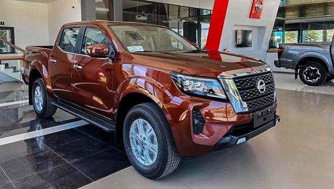 Cận cảnh xe Nissan Navara bản VE tại đại lý, giá bán hơn 740 triệu đồng - 1