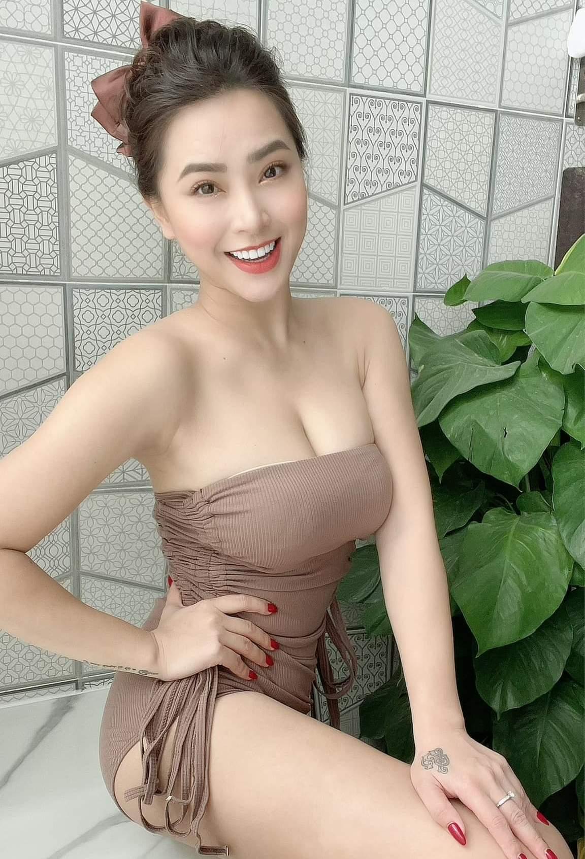 15 1625730685 12 width1152height1693 Thời trang bán hàng online mùa dịch của sao Việt bị chê phản cảm, khoe thân