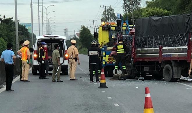 Xe tải tông xe chở dừa đỗ ven đường, tài xế tử vong tại chỗ - 1