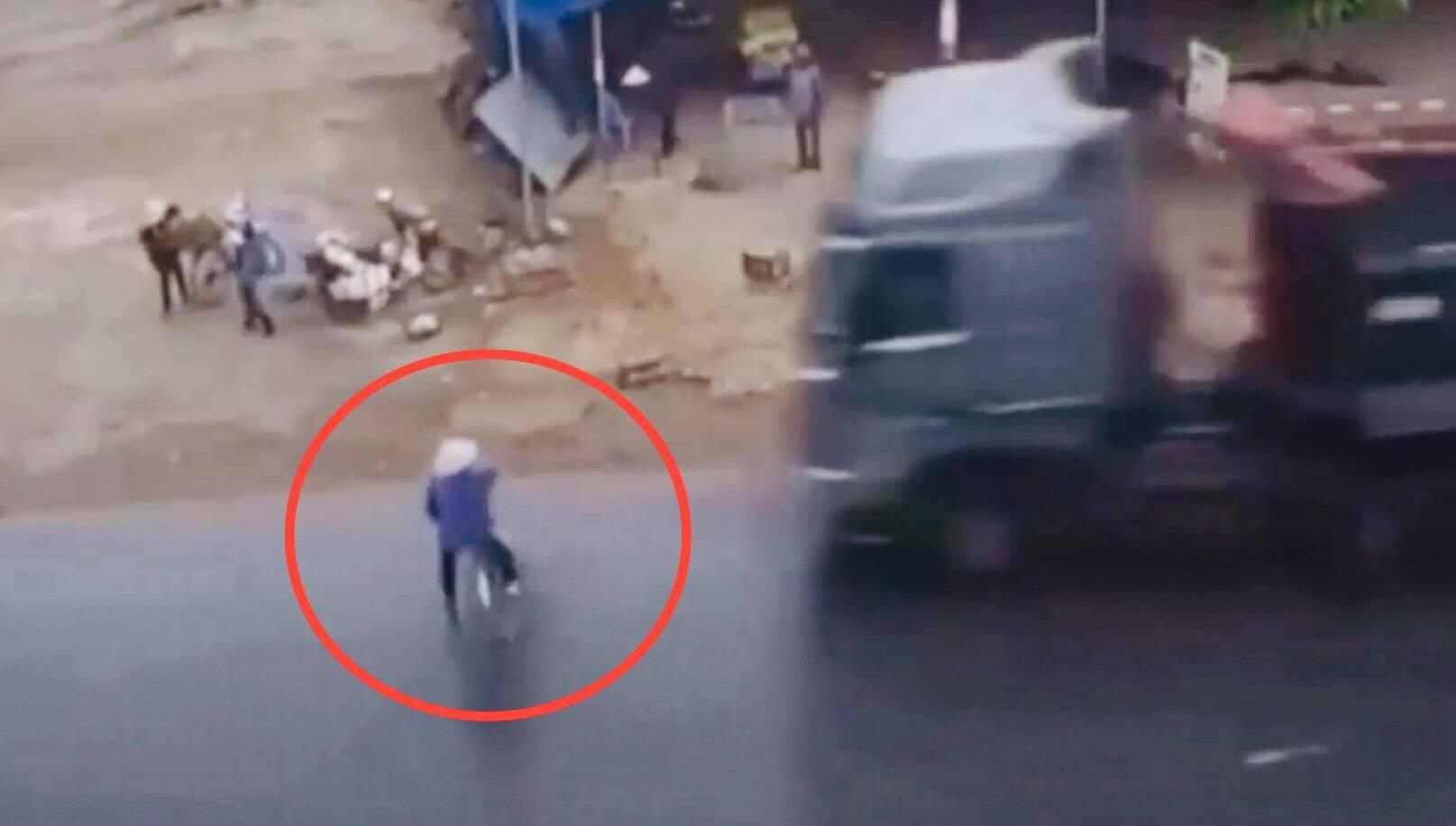 """Clip: Bẻ lái """"thần sầu"""", lái xe tải giúp nữ lái xe đạp thoát """"tử thần"""" - 1"""