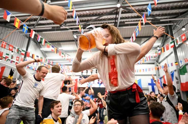 Kinh ngạc fan cuồng ĐT Anh ăn mừng: 4,5 triệu lít bia rượu hết nhẵn, làm trò liều mạng - 1