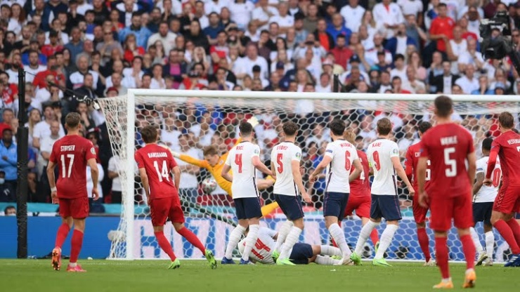 Đường cong hoàn hảo tạo nên siêu phẩm đá phạt khiến ĐT Anh thua bàn đầu tiên - 1