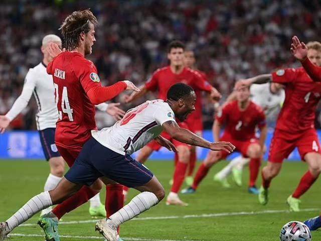 Tranh cãi Anh thắng Đan Mạch nhờ trọng tài: 2 sai phạm khó tin, báo chí châu Âu mỉa mai - 1