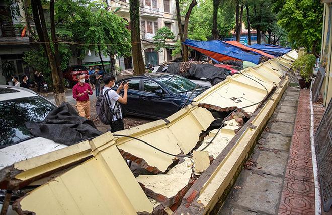 Bức tường đổ sập, đè nát 13 chiếc ô tô đang đỗ trên vỉa hè - 1