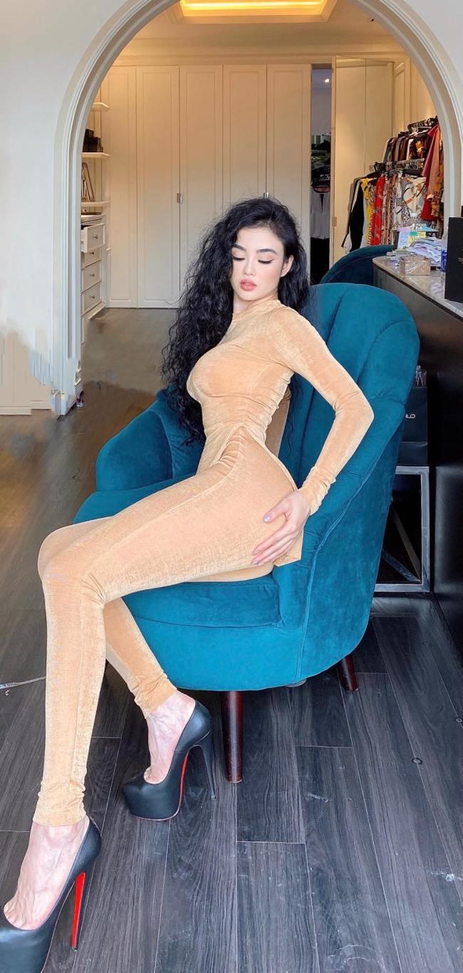 """Julia Hồ từng được mệnh danh là """"hoa hậu ăn chơi nhất Hà thành"""" bởi thú chơi hàng hiệu, check in nhiều nơi sang chảnh thời cô chưa lập gia đình."""