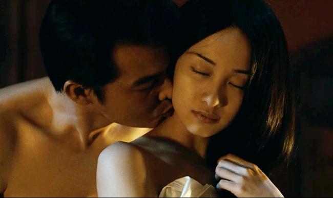 Trong phim Người bất tử, Quách Ngọc Ngoan đóng vai Hùng - người đàn ông sống qua 3 thế kỷ. Bên cạnh những trận tử chiến, phim còn có cảnh nóng của Hùng vàca nương Liên (Jun Vũ). Đây là bộ phim đầu tiên, Jun Vũ đóng cảnh 18+.