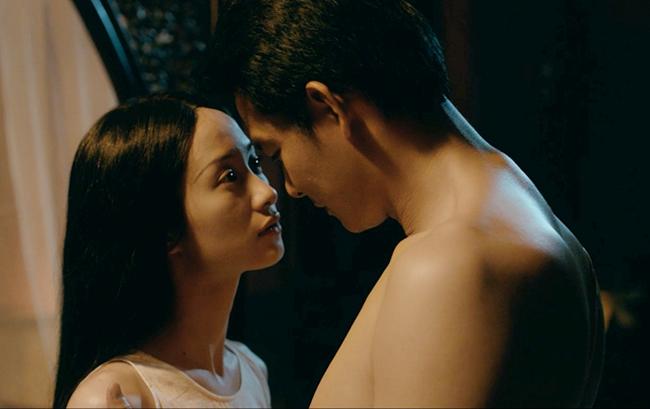 Jun Vũ cho biết, đóng cảnh nóng với đàn anh, cô khá ngượng ngùng, May mắn,đạo diễn Victor Vũ đã yêu cầu ê kíp ra ngoài, chỉ những nhân sự quan trọng được giữ lại. Nhờ đó, người đẹp 9X hoàn thành cảnh quay rất suôn sẻ.