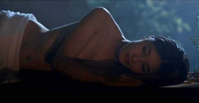 Ngoài cảnh giường chiếu với Quách Ngọc Ngoan, Hoa hậu sinh năm 1992 còn có cảnh bán nude trên màn ảnh. Cảnh quay được khen nghệ thuật, tinh tế dù khá táo bạo.