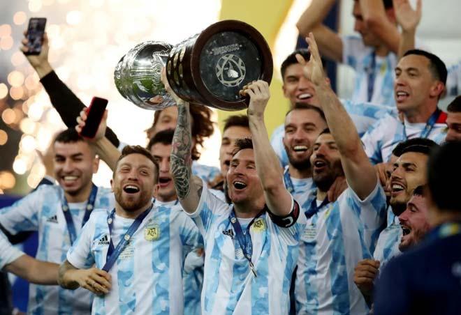 Messi lần đầu vô địch cùng ĐT Argentina, an ủi Neymar và hôn cúp xúc động - 12