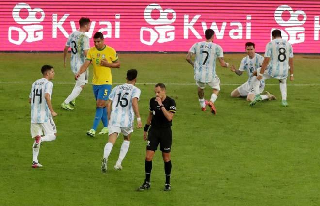 Messi lần đầu vô địch cùng ĐT Argentina, an ủi Neymar và hôn cúp xúc động - 5