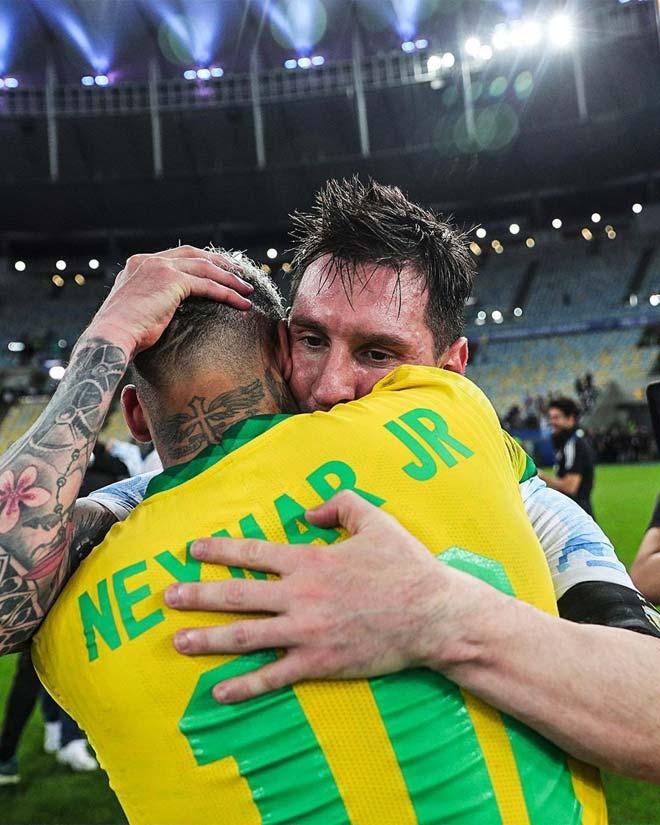 Messi lần đầu vô địch cùng ĐT Argentina, an ủi Neymar và hôn cúp xúc động - 7