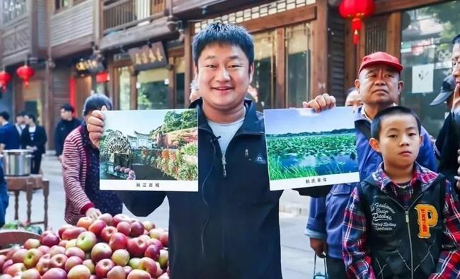 Năm 2018, anh chàng này còn lâm vào cảnh nợ nần, và sống bằng nghề bán hoa quả cho khách du lịch. Nhưng bây giờ mọi chuyện đã thay đổi hoàn toàn.