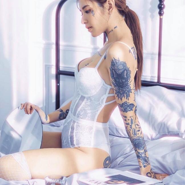Andy Blossom sinh năm 1996, cô có niềm đam mê với hình xăm, nhất làOldschool.