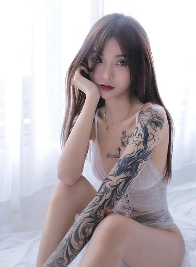 Đối lập với hình xăm cá tính trên cơ thể,Kiligkira có nhan sắc xinh đẹp tựa thiên thần.