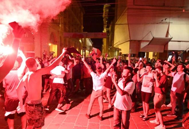 """CĐV Italia hóa thành chiến binh La Mã, """"đi bão"""" mừng đội nhà vô địch EURO 2020 - 8"""