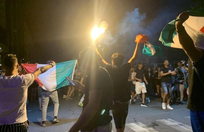 """CĐV Italia hóa thành chiến binh La Mã, """"đi bão"""" mừng đội nhà vô địch EURO 2020 - 7"""