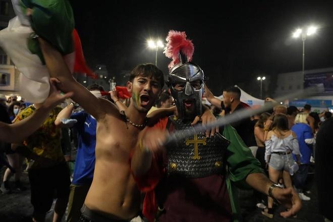"""CĐV Italia hóa thành chiến binh La Mã, """"đi bão"""" mừng đội nhà vô địch EURO 2020 - 1"""