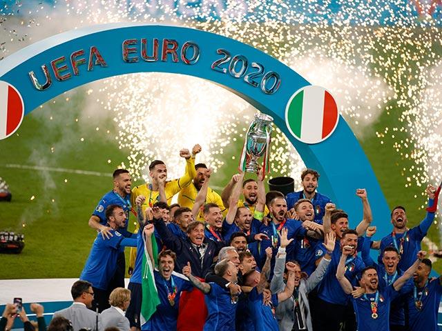 Bóng đá - Italia rước cúp vô địch EURO 2020: Tổng thốngMattarella hết lời ca ngợi đội tuyển