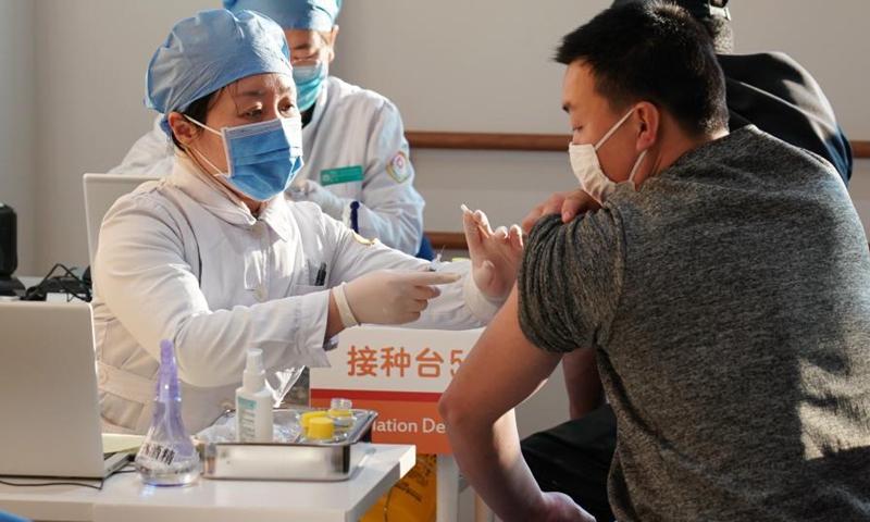 Nhiều thành phố TQ cấm người chưa tiêm vắc-xin Covid-19 tới nơi công cộng - 1