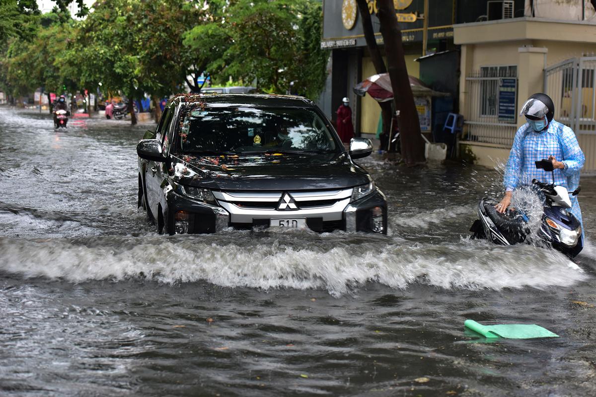 Ô tô chết máy, trôi bồng bềnh trên đường ngập ở Sài Gòn sau mưa lớn - 11