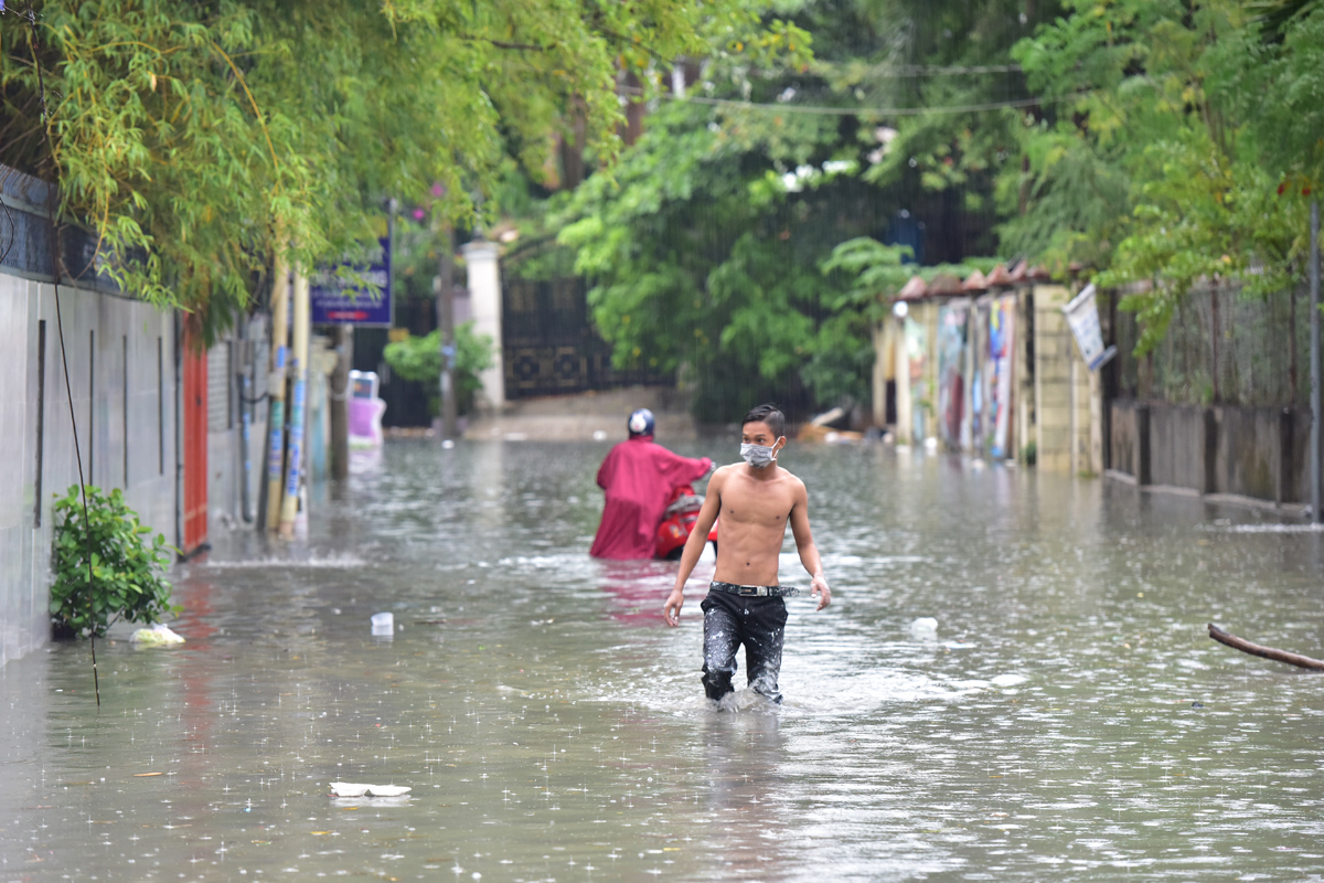 Ô tô chết máy, trôi bồng bềnh trên đường ngập ở Sài Gòn sau mưa lớn - 14