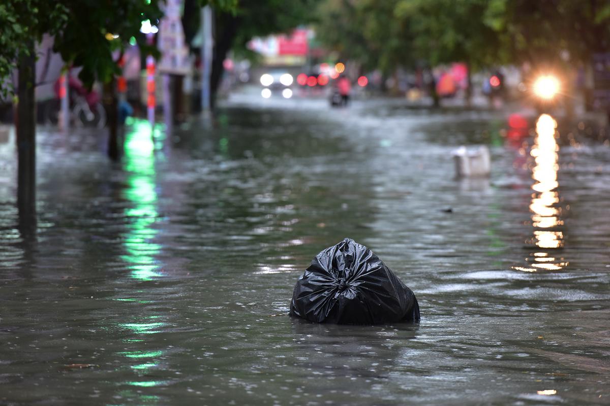 Ô tô chết máy, trôi bồng bềnh trên đường ngập ở Sài Gòn sau mưa lớn - 16