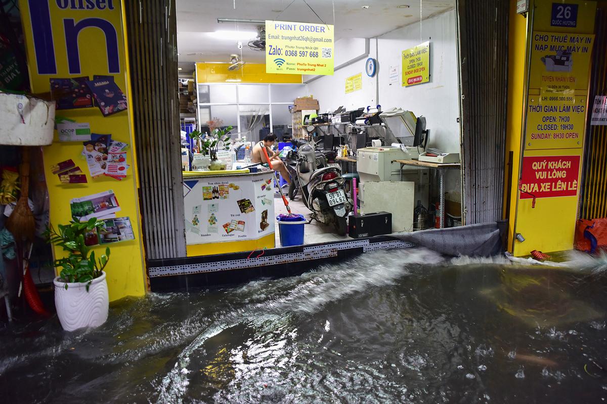 Ô tô chết máy, trôi bồng bềnh trên đường ngập ở Sài Gòn sau mưa lớn - 17