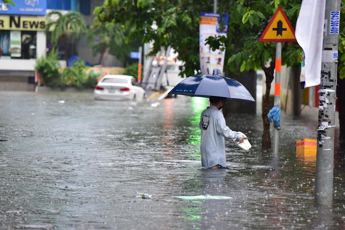 Ô tô chết máy, trôi bồng bềnh trên đường ngập ở Sài Gòn sau mưa lớn - 2