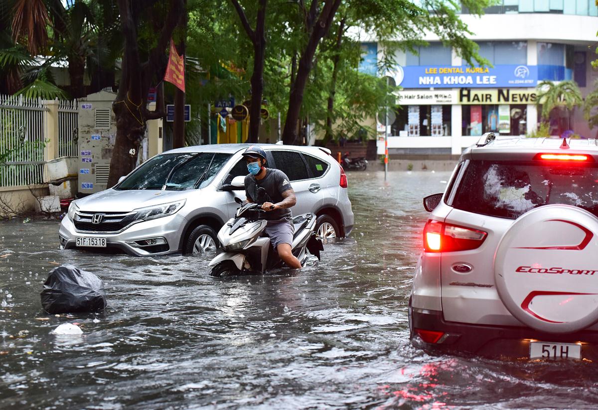 Ô tô chết máy, trôi bồng bềnh trên đường ngập ở Sài Gòn sau mưa lớn - 3