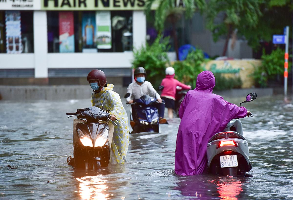 Ô tô chết máy, trôi bồng bềnh trên đường ngập ở Sài Gòn sau mưa lớn - 9