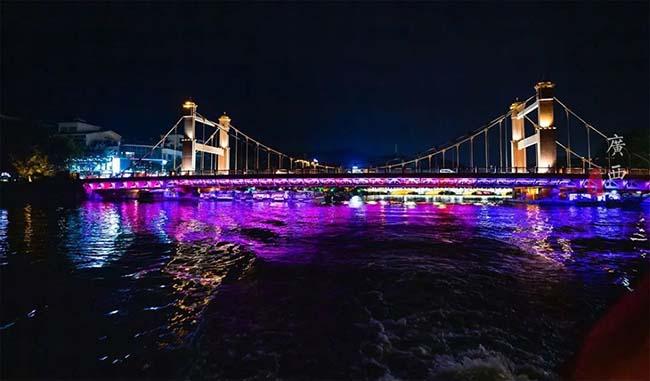 Cầu Lize nằm trên hồ Guihu.Vì toàn thân cầu có màu đỏ nên còn được gọi là cầu Đỏ. Nó dựa trên thiết kế của cầu Cổng Vàng ở San Francisco, Mỹ. Đây là cây cầu treo linh hoạt tự neo đầu tiên ở Trung Quốc, những sợi cáp thép khổng lồ của cầu kéo rất ngoạn mục. Do ánh đèn nên ban đêm bạn sẽ thấy cầu Đỏ không có màu đỏ, nhưng có cảm giác rất kỳ quái.