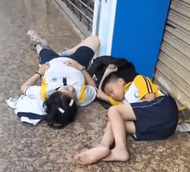 Hai học sinh vật vờ ngủ gật bên vỉa hè từ sáng sớm, nguyên nhân khiến ai nghe xong cũng hết sức tức tối - 1