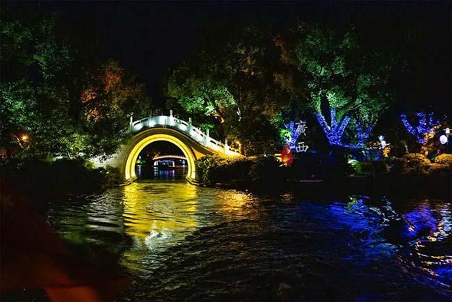 Thành phố Quế Lâm là nơi được đánh giá cao về phong cảnh, có sự hòa quyện giữa cảnh sắc núi và sông, là thiên đường với nhiều cảnh đẹp. Ngoài cảnh đẹp vào ban ngày, có nhiều người không biết đến thú vui đi thuyền ngắm cảnh đêm ở đây.