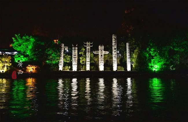 """Khi đèn lồng được thắp sáng, khung cảnh sông nước ở Quế Lâm trở nên mơ hồ tuyệt đẹp. Khu vực tham quan ban đêm được gọi là """"2 sông"""" và """"4 hồ""""."""